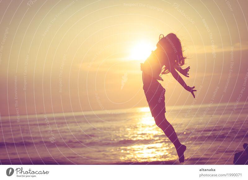 Glückliches kleines Mädchen, das auf den Strand springt Lifestyle Freude Freizeit & Hobby Spielen Ferien & Urlaub & Reisen Ausflug Freiheit Sommer Sonne Meer