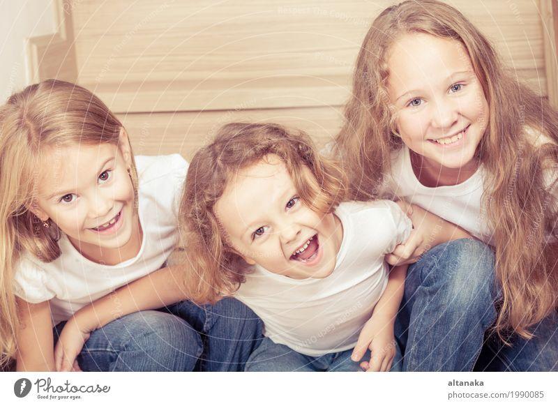 Portrait von glücklichen Kindern Mensch schön Hand Haus Freude Mädchen Leben Lifestyle Liebe Junge Familie & Verwandtschaft klein Spielen Glück Schule
