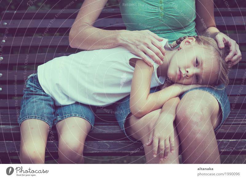 Traurige Mutter und Tochter Lifestyle Gesicht Gesundheit Sommer Kind Mensch Mädchen Frau Erwachsene Eltern Familie & Verwandtschaft Kindheit 2 3-8 Jahre Denken