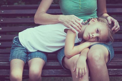 Traurige Mutter und Tochter sitzen tagsüber auf einer Bank im Park. Lifestyle Gesicht Gesundheit Sommer Kind Mensch Mädchen Frau Erwachsene Eltern