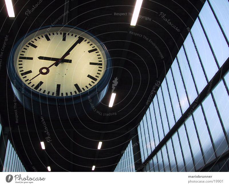 fünf_nach_neun Uhr Bahnhofsuhr Zeit Zifferblatt Elektrisches Gerät Technik & Technologie Zeitmesser