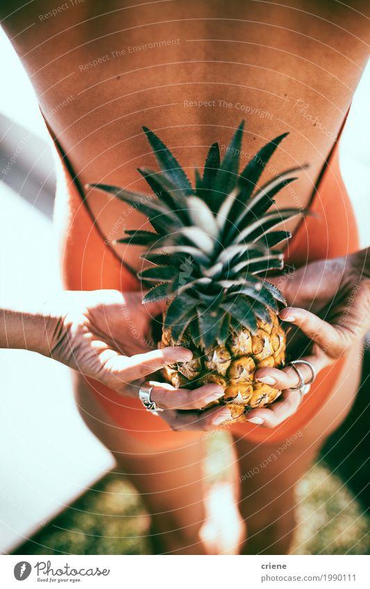 Nahaufnahme der Frau Ananas hinter ihr zurück halten Frucht Lifestyle Freude Schwimmbad Schwimmen & Baden Sommer Sommerurlaub Sonne Sonnenbad Garten Junge Frau