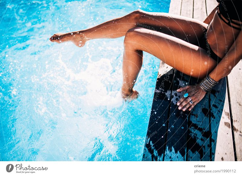 Nahaufnahme der Frau, die Spaß im Swimmingpool hat Lifestyle Freude Wellness Leben Schwimmbad Schwimmen & Baden Ferien & Urlaub & Reisen Sommer Sommerurlaub