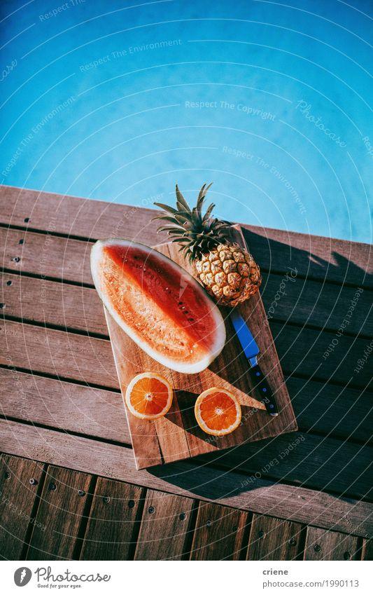 Köstliche Obstteller mit Ananas, Wassermelone und Orangen Lebensmittel Frucht Ernährung Essen Geschirr Messer Lifestyle Gesunde Ernährung Wohlgefühl Schwimmbad