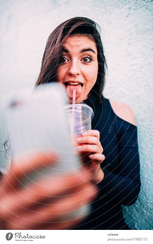 Junger weiblicher Erwachsener, der Smoothie trinkt und selfie nimmt trinken Saft Lifestyle Freude Glück Telefon Handy PDA Fotokamera Technik & Technologie