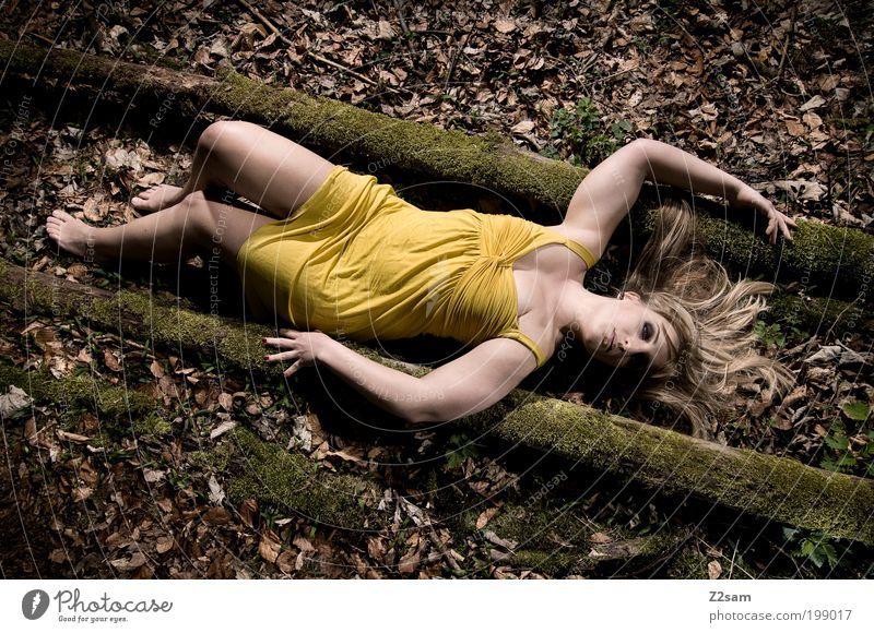 Alice in Gelb elegant Stil feminin Junge Frau Jugendliche 18-30 Jahre Erwachsene Natur Landschaft Baum Wald Kleid blond liegen schlafen träumen ästhetisch