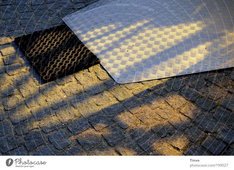 Rampe... Stein Stahl Gummi Gummimatte Fußmatte Rollstuhlrampe pflastern Raumfahrt Oberflächenstruktur Farbfoto Innenaufnahme Muster Strukturen & Formen