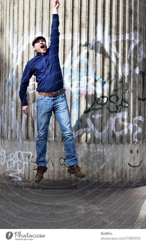 [HH17 Fähnchentour] Fly away with me Mensch Mann blau Stadt Freude Erwachsene lustig Bewegung grau fliegen springen Fröhlichkeit hoch Lebensfreude Fitness Beton