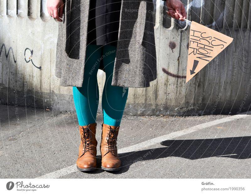 Ist schön hier Mensch feminin Junge Frau Jugendliche Beine 1 Parkplatz Mauer Wand Fassade Zeichen Schriftzeichen Graffiti festhalten warten lustig Stadt grau