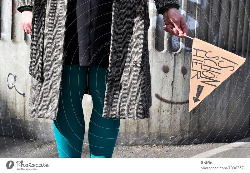 [HH17 Fähnchentour] Is schön hier... manchmal Mensch Jugendliche Junge Frau Stadt Hand Freude feminin grau braun Schriftzeichen Kommunizieren