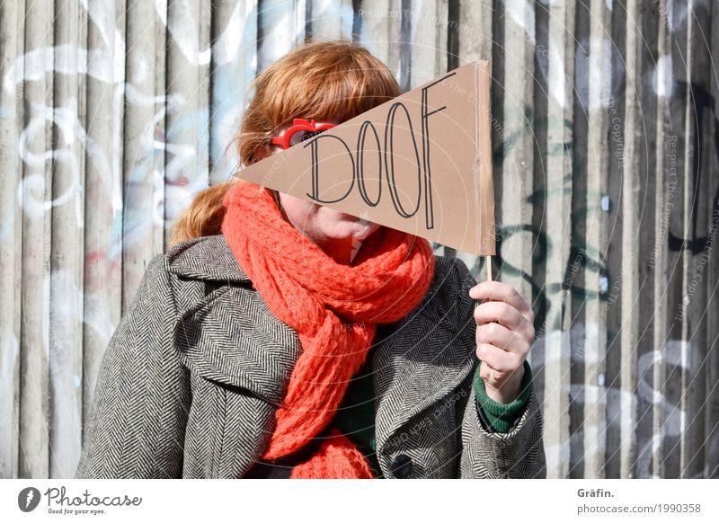 [HH17 Fähnchentour] Alles doof hier Mensch Frau Stadt rot Erwachsene Graffiti lustig feminin grau orange Schriftzeichen Kommunizieren Fröhlichkeit Hinweisschild Brücke festhalten
