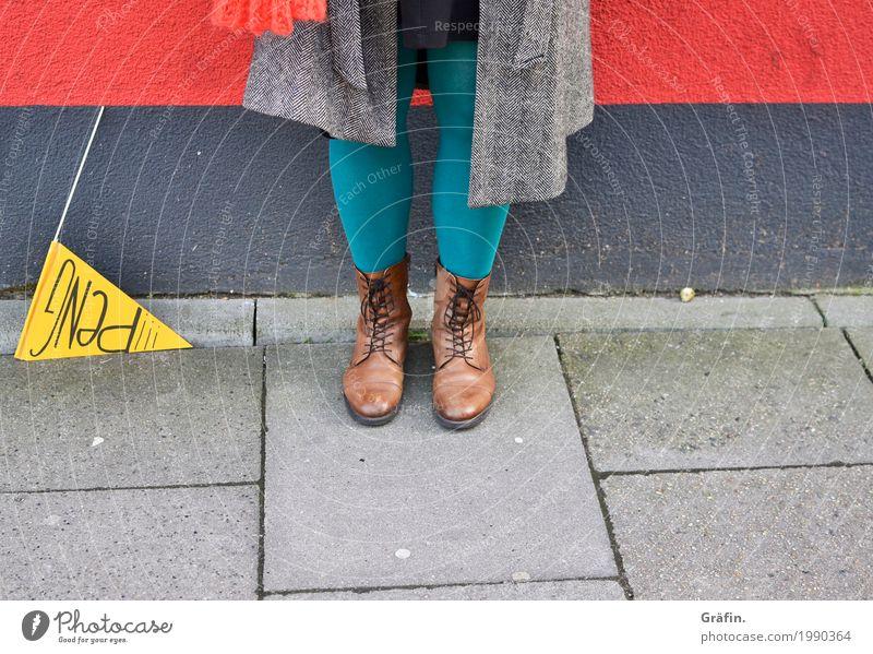 [HH17 Fähnchentour] und es hat PENG gemacht Mensch Jugendliche Junge Frau rot Beine gelb Wand lustig feminin Mauer grau Angst Schilder & Markierungen stehen