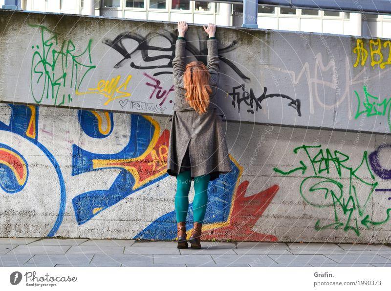 Mal so richtig abhängen Mensch feminin Junge Frau Jugendliche 1 Stadt Stadtrand Brücke Architektur Mauer Wand Fassade Beton Graffiti Fitness Sport grau grün rot