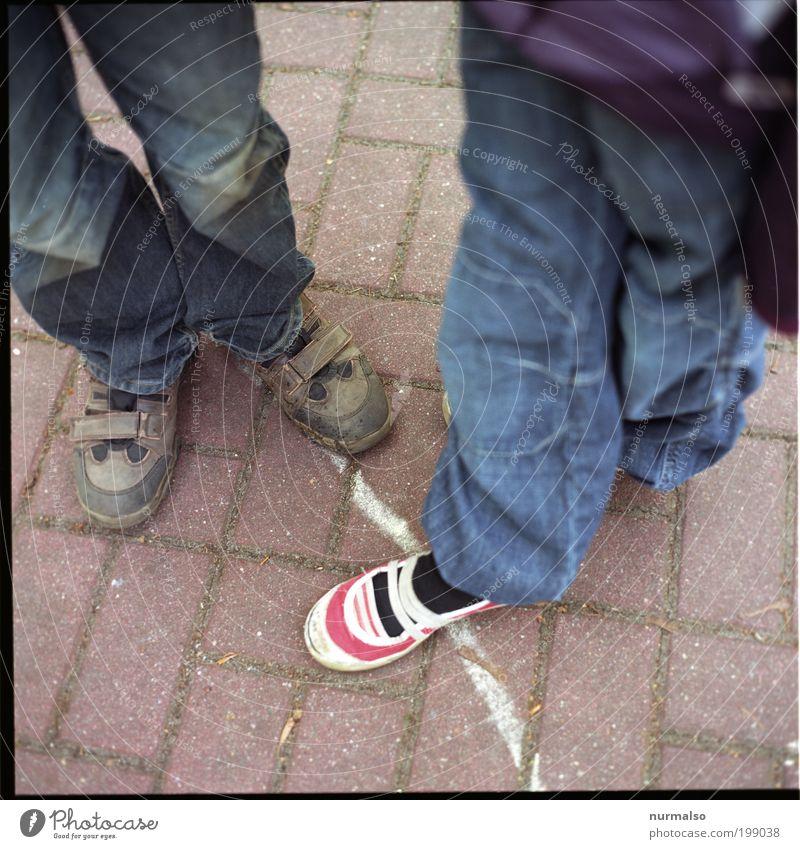 Treffen Freizeit & Hobby Spielen toben Mensch Kind Mädchen Junge Kindheit Beine Fuß 2 3-8 Jahre Kunst Umwelt Klima Wetter Fußgänger Straße Jeanshose Schuhe