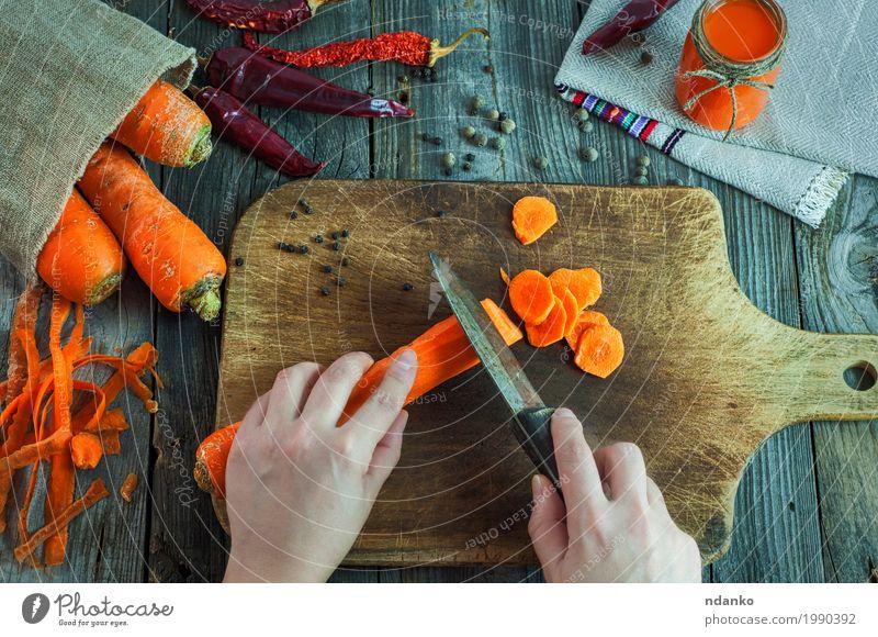 Mensch Frau Natur Jugendliche alt Hand rot 18-30 Jahre Erwachsene Essen Holz Gesundheitswesen grau oben orange frisch