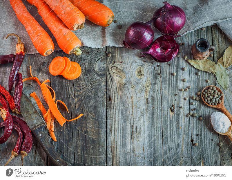 Karotten und Zwiebeln des frischen Gemüses alt Essen Holz Lebensmittel grau oben orange Ernährung Tisch Kräuter & Gewürze Küche Ernte Messer