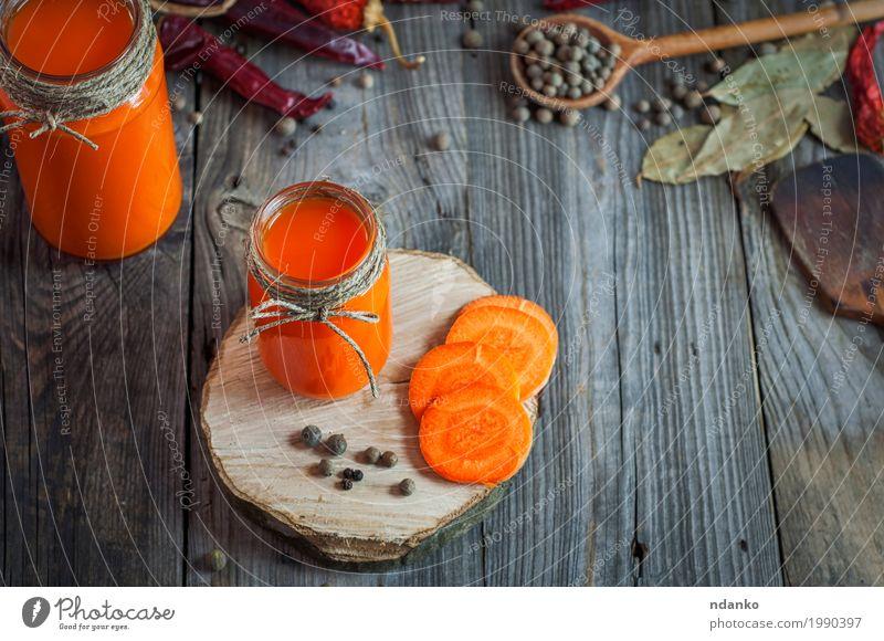 Glasgefäße mit Saft auf einem grauen hölzernen Hintergrund Lebensmittel Gemüse Kräuter & Gewürze Vegetarische Ernährung Diät Getränk Erfrischungsgetränk Tisch