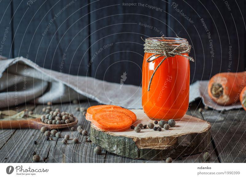 Glasgefäß mit Saft auf einer Holzoberfläche alt schwarz natürlich Lebensmittel grau orange Ernährung frisch Tisch Kräuter & Gewürze Getränk trinken Gemüse