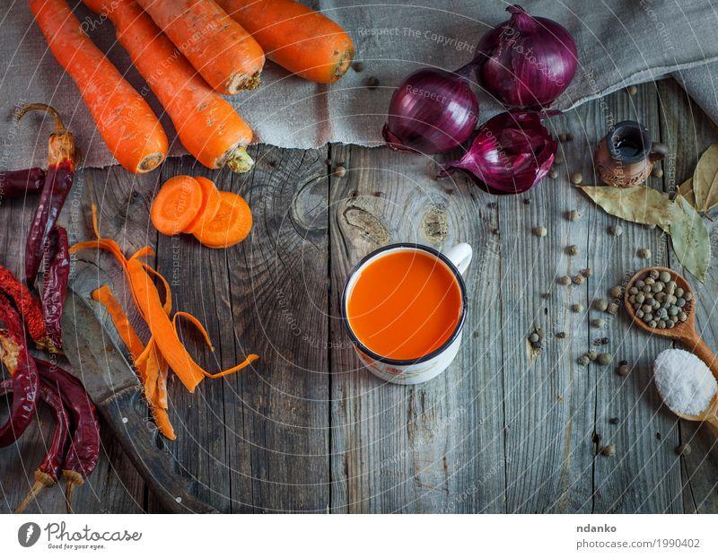 Saft in einer Tasse auf einer grauen Holzoberfläche Natur rot natürlich oben orange Metall frisch Tisch Kräuter & Gewürze Getränk trinken Gemüse Messer