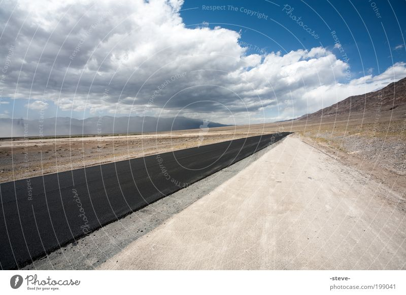 Bat Country Natur Landschaft Erde Sand Himmel Wolken Dürre Wüste Straße blau braun ruhig Einsamkeit Death Valley National Park Nevada USA Autobahn Farbfoto