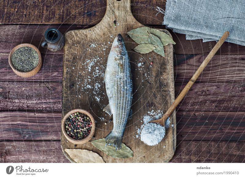 Frischer Stint Fisch auf dem Küchenbrett Lebensmittel Kräuter & Gewürze Essen Löffel Tisch Natur Holz frisch natürlich oben braun weiß gerochener Fisch Paprika