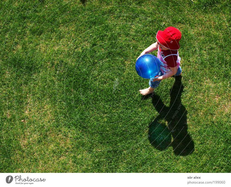 Hab den Ballon'g Spielen Kleinkind Mädchen Kindheit 1 Mensch Frühling Schönes Wetter Gras Garten Wiese T-Shirt Jeanshose Stoff Hut Luftballon gehen Lächeln