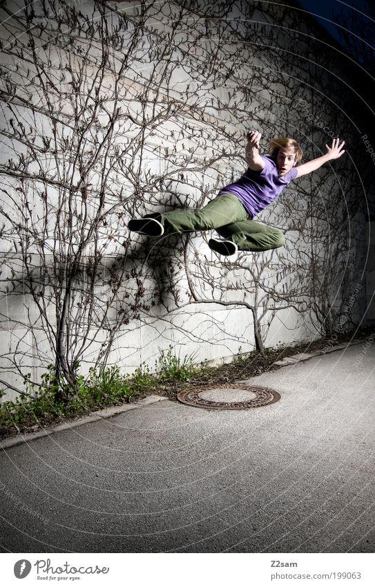 kung fu fighting Mensch Jugendliche Pflanze Straße dunkel Sport grau springen Erwachsene Stil blond elegant maskulin ästhetisch Sträucher T-Shirt