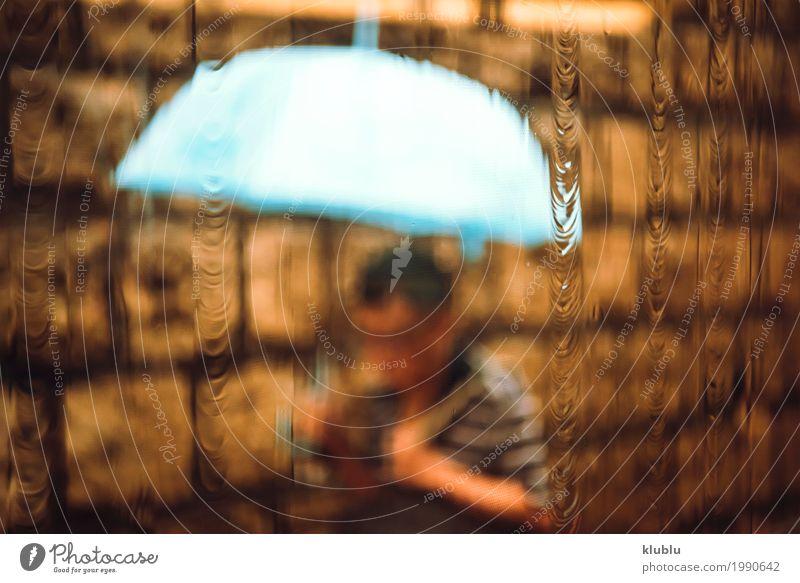 Unerkennbare Person mit Regenschirm Leben Mensch Wetter Fußgänger Straße Bewegung nass blau Bus urban Unschärfe Bürgersteig verschwommen Spaziergang