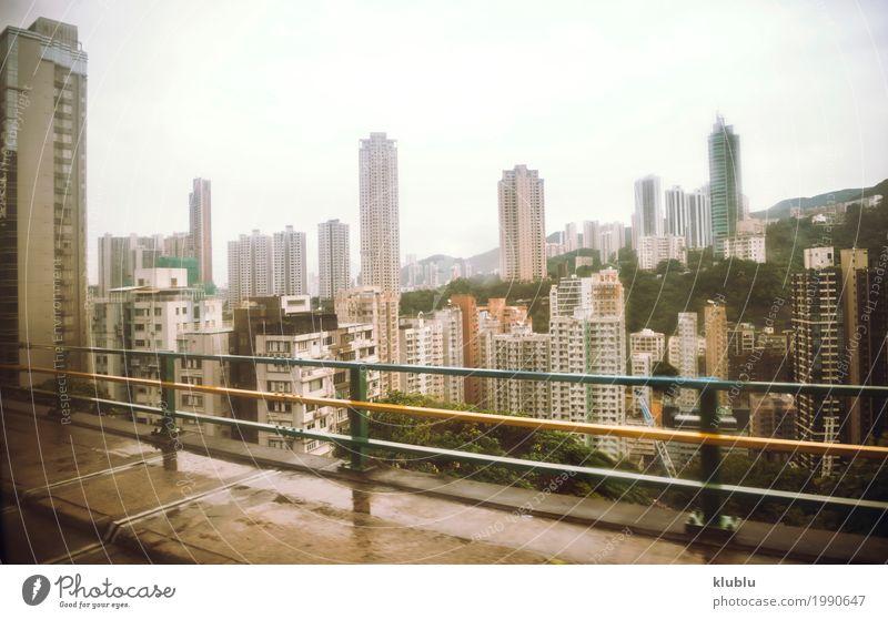 Ansicht nach Hong Kong-Stadt durch das verwischte mit Regenbusglas. Ferien & Urlaub & Reisen Architektur Straße Leben Bewegung Gebäude Wetter modern Hochhaus