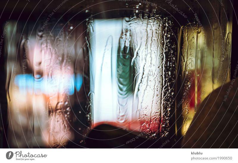 Verschwommene Werbung in der Nacht Leben Ferien & Urlaub & Reisen Wetter Regen Gebäude Straße Bewegung modern nass Inserat erleuchten Plakatwand Transparente
