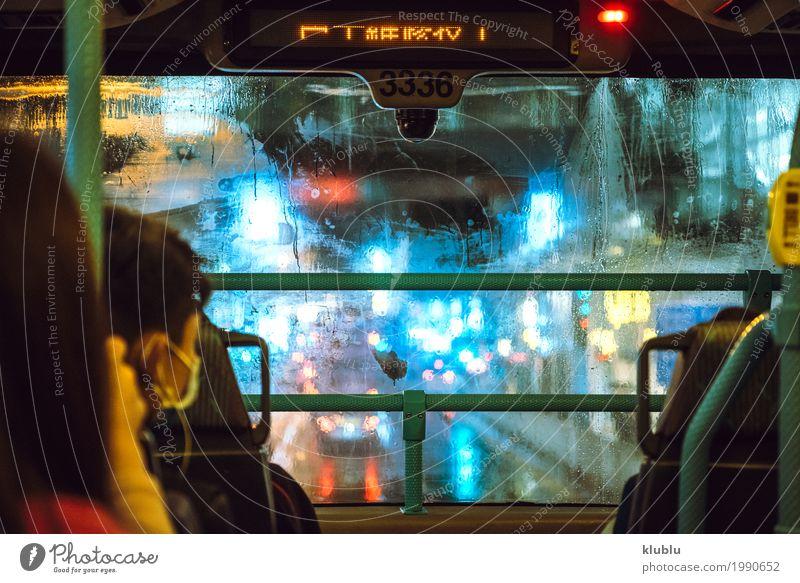 Blick auf beleuchtete Stadtstraße Ferien & Urlaub & Reisen Architektur Straße Leben Bewegung Gebäude Regen Wetter modern Aussicht nass erleuchten Bürgersteig
