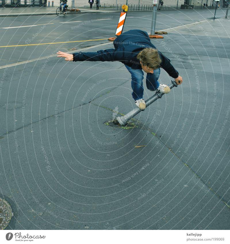 arschfahne Mensch Mann Erwachsene Stil Spielen Lifestyle springen maskulin kaputt trendy Skateboard Surfen Fußgänger Pfosten Straßenverkehr Freestyle
