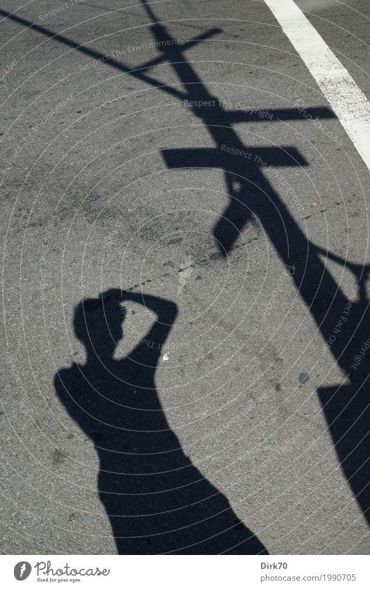 Schattendasein. Mensch Stadt weiß schwarz Erwachsene Straße grau Linie Freizeit & Hobby maskulin stehen Schönes Wetter Idee festhalten Asphalt heiß