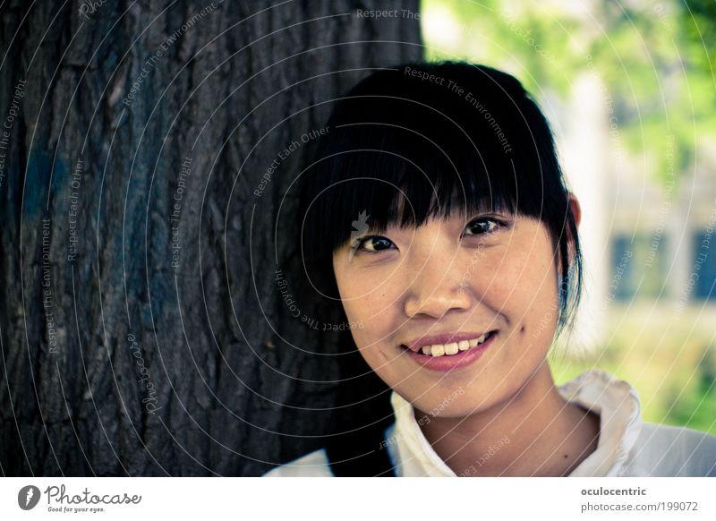 Mandelzeit Mensch feminin Junge Frau Jugendliche Kopf Gesicht 1 18-30 Jahre Erwachsene Baum Xi'an China schwarzhaarig Pony Lächeln leuchten warten