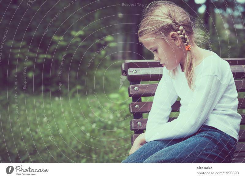 Portrait des traurigen kleinen Mädchens Mensch Kind Frau Gesicht Erwachsene Traurigkeit Liebe Gefühle Familie & Verwandtschaft Schule Kindheit Trauer Bank