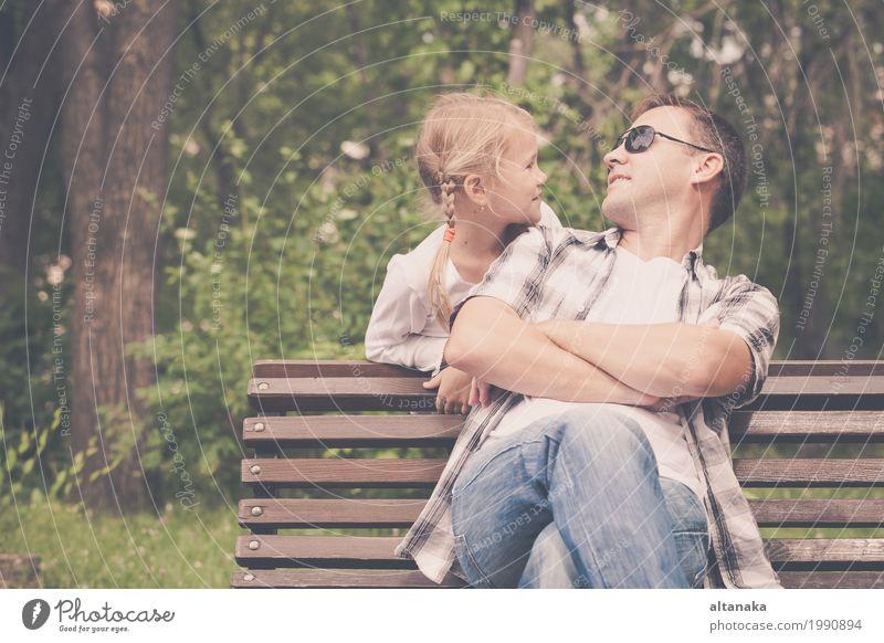 Vater und Tochter, die am Park zur Tageszeit spielen. Kind Natur Ferien & Urlaub & Reisen Sommer Sonne Erholung Freude Mädchen Erwachsene Leben Lifestyle Liebe