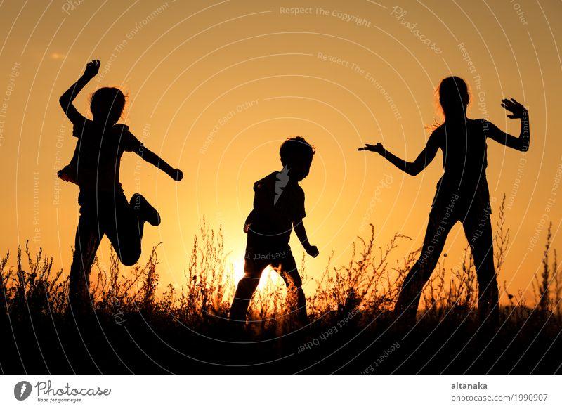Glückliche Kinder, die im Park spielen Lifestyle Freude Freizeit & Hobby Spielen Ferien & Urlaub & Reisen Ausflug Freiheit Sommer Sonne Sport Schule Mädchen