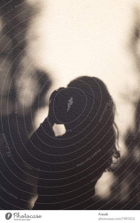 Schattenfrau (2) Fotografieren Sommer feminin Frau Erwachsene Kopf Haare & Frisuren Arme 1 Mensch 45-60 Jahre Sträucher Mauer Wand langhaarig Locken Freude
