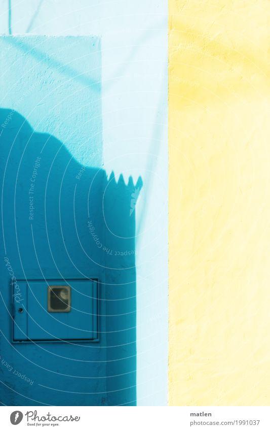 sunny Dorf Haus Mauer Wand Fassade blau gelb Ecke Pastellton Klappe Zacken Farbfoto Außenaufnahme abstrakt Muster Strukturen & Formen Menschenleer