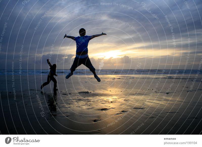 gestrandet Mensch Jugendliche Ferien & Urlaub & Reisen Sonne Meer Sommer Strand Freude Wolken Ferne Freiheit Bewegung Küste Glück springen Freundschaft
