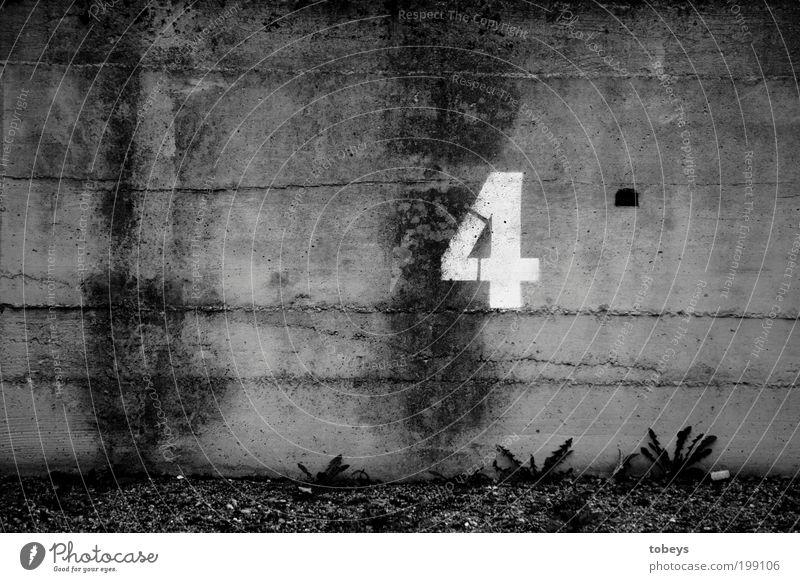 4 Zeichen Schriftzeichen Ziffern & Zahlen Ornament Schilder & Markierungen Hinweisschild Warnschild Verkehrszeichen Graffiti alt parken Wand Mauer Riss brechen