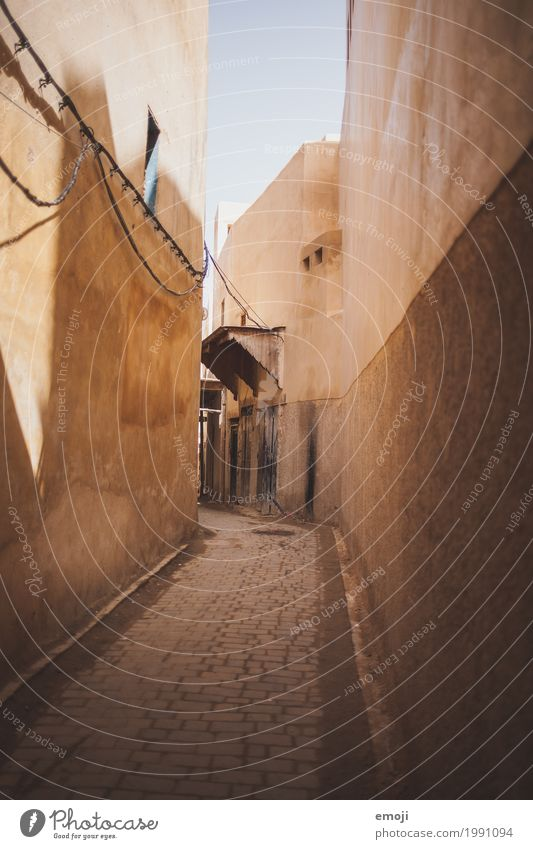 Marrakech Menschenleer Haus Mauer Wand Fassade Gasse Pflastersteine Pflasterweg alt Armut Marrakesch Marokko Sandstein beige Farbfoto Außenaufnahme Sonnenlicht