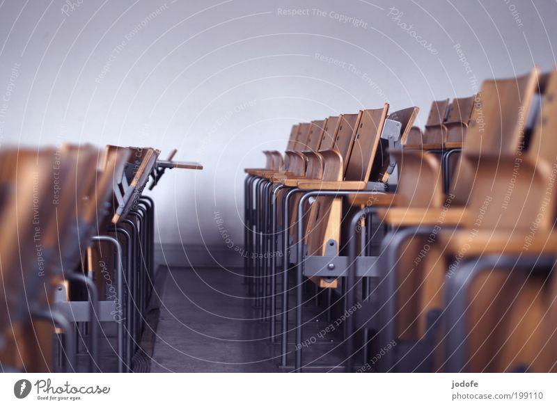 Sitzreihen Einsamkeit gehen leer Studium Bildung Kultur Berufsausbildung Versammlung Stuhl Veranstaltung Hörsaal Klassenraum Klappstuhl Saal Streik