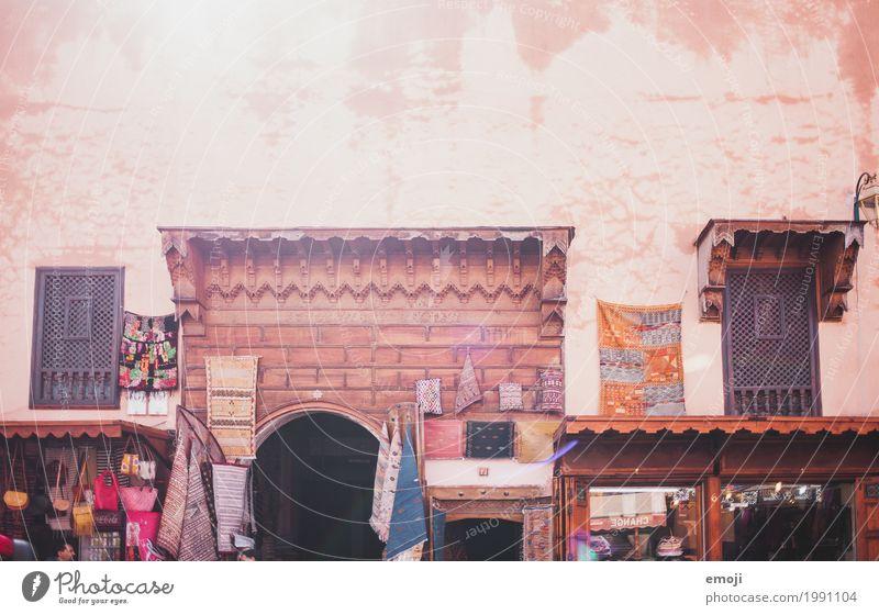 Marrakech Dorf Stadt Haus Marktplatz Mauer Wand Fassade Wärme rot Marrakesch Teppichgeschäft Farbfoto mehrfarbig Außenaufnahme Menschenleer Tag