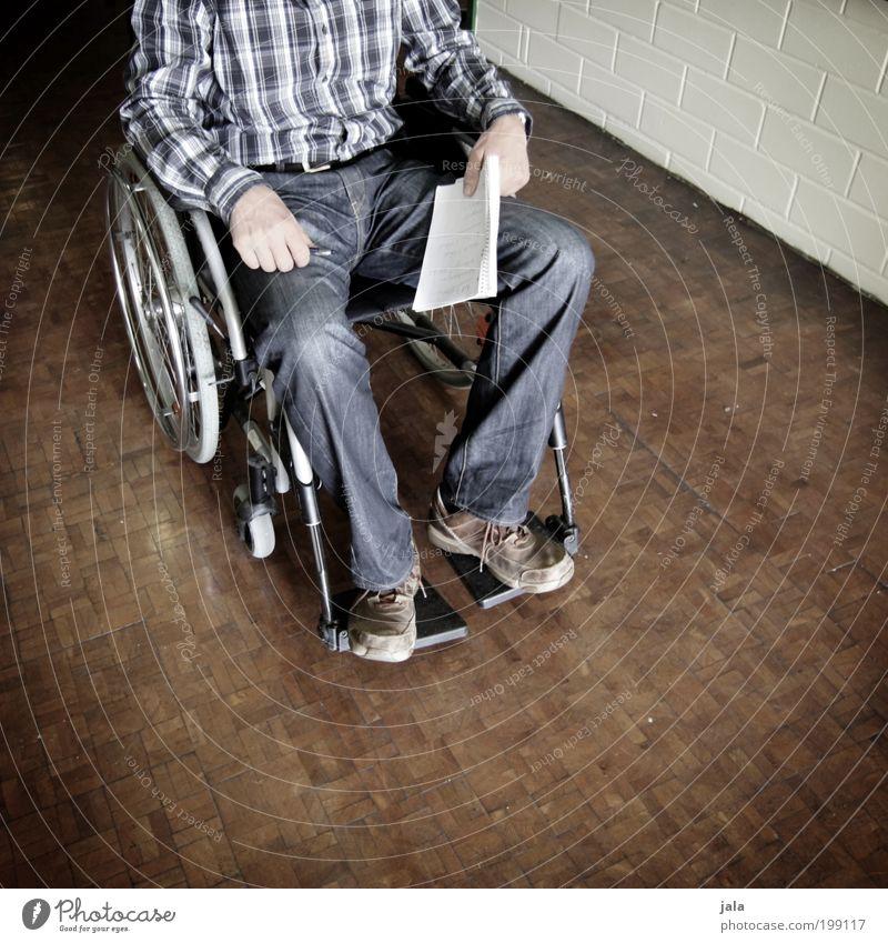 handicapt Mensch maskulin Mann Erwachsene Leben Hand Beine 1 Hemd Rollstuhl Holz Krankheit Menschlichkeit Behinderte Barriere Unfall lähmung Parkett Farbfoto