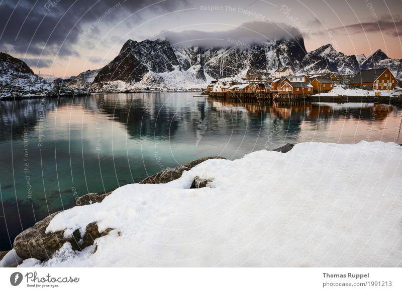 Sakrisøy Himmel Natur Ferien & Urlaub & Reisen weiß Meer Wolken Haus Ferne Winter Berge u. Gebirge gelb Küste Schnee Freiheit Tourismus Felsen