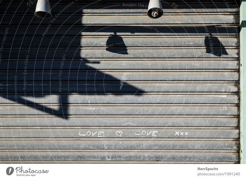 Love xxx Stadtzentrum Haus Gebäude Fassade Metall Zeichen Schriftzeichen Liebe Verliebtheit Romantik Lampenschirm Ladengeschäft geschlossen Rollbalken Lamelle
