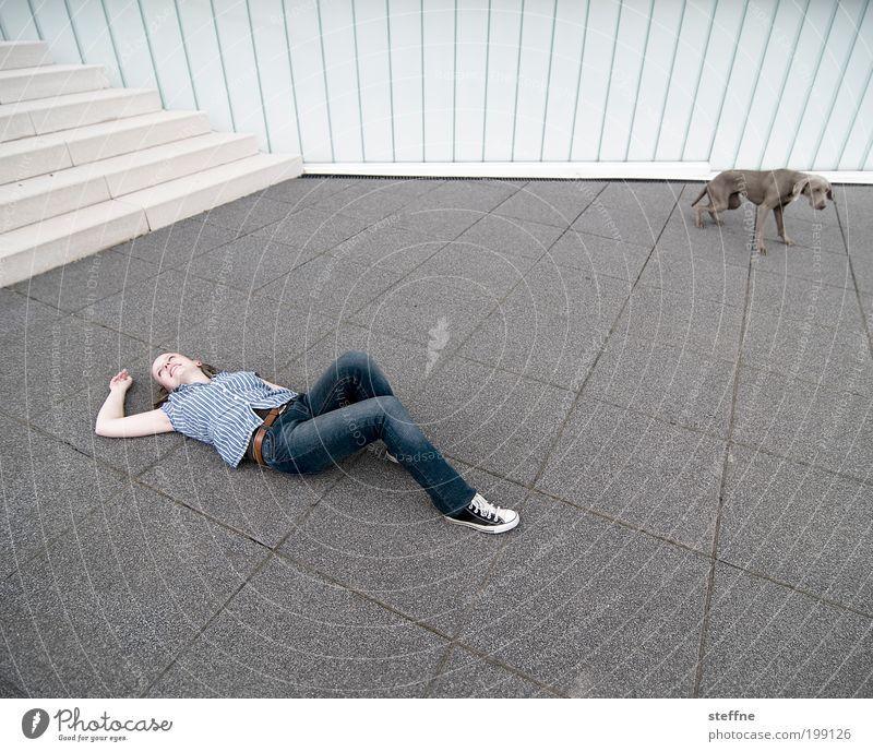 The stage is yours [Weimar 2008] Mensch Jugendliche Tier Erholung feminin Hund Erwachsene liegen Streifen Bühne Frau Haustier Junge Frau Vogelperspektive