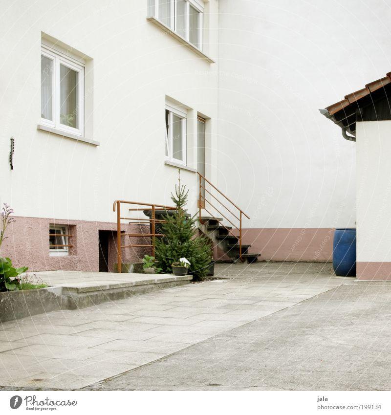Hinterhof Baum Stadt Haus Wand Fenster Mauer Gebäude Architektur Tür Fassade Treppe Platz Dach einfach Bauwerk Grünpflanze
