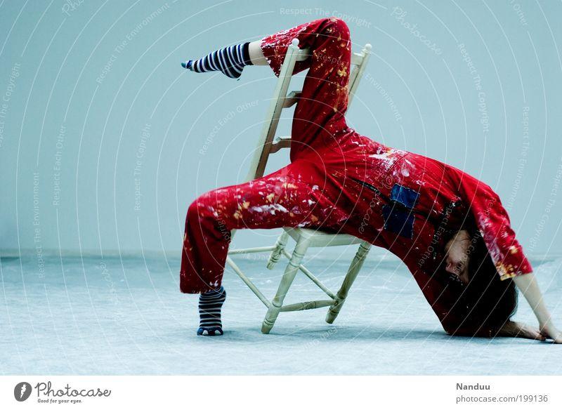 Position 1: Schwerkraft nachjustieren. Mensch Jugendliche rot Erwachsene feminin sitzen Künstler Stuhl 18-30 Jahre Tänzer Junge Frau hängen Artist Frau Möbel Bekleidung